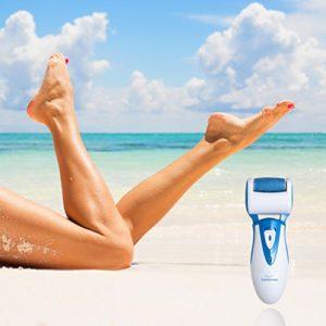 Dit is een foto van een elektrische voetvijl en een paar benen op het strand.
