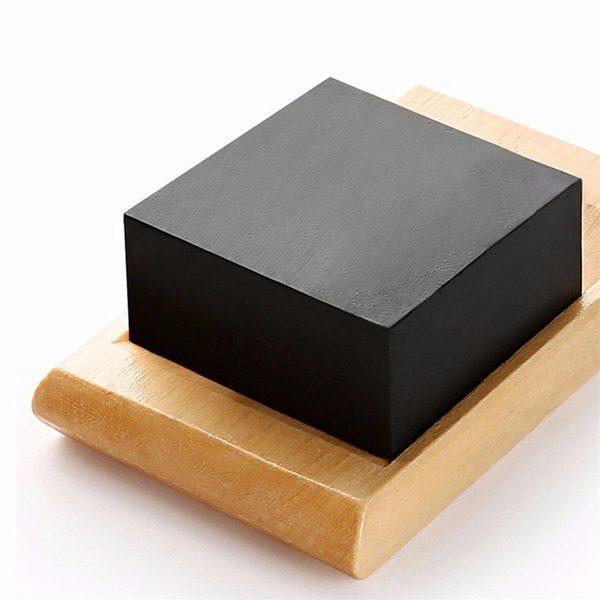 Dit is een foto waar een stuk charcoal zeep op wordt afgebeeld.