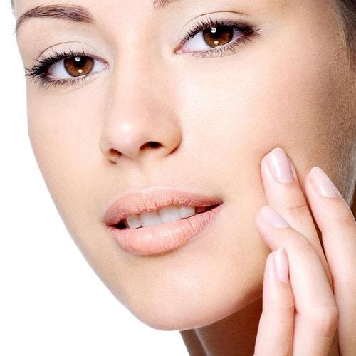 Dit is een foto van een vrouw die behandeld is tegen neusplooien met hyaluronzuur. Deze vrouw heeft een fris en jeugdig gezicht. Deze vrouw is behandeld met fillers.