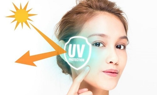 Deze foto laat de uv straling zien op de wang van een vrouw. UV straling veroorzaakt schade aan de huid.