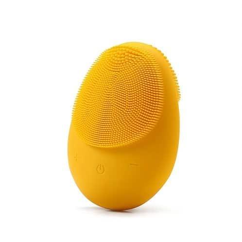 Dit een foto van een elektrische gezichtsborstel in de kleur geel. De bostel reinigt en maakt u huid weer schoon. De kleur van de gezichtsborstel is geel.
