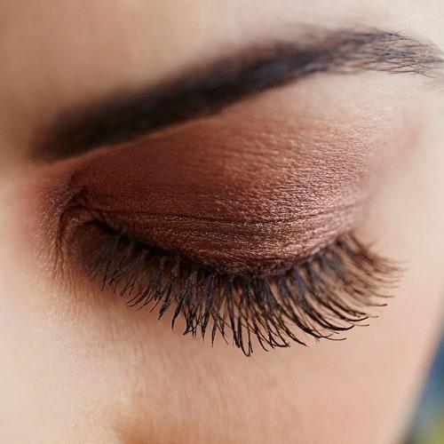 Dit is een foto van een vrouw met prachtige wimpers. Op deze foto zijn wimpers te zien. eyelash.