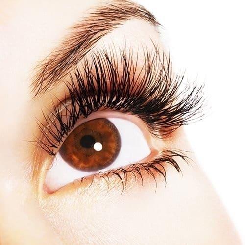 Dit is een foto van een vrouw met prachtige wimpers. (eyelashes). Prachtige wimpers door het gebruik van wimper serum.