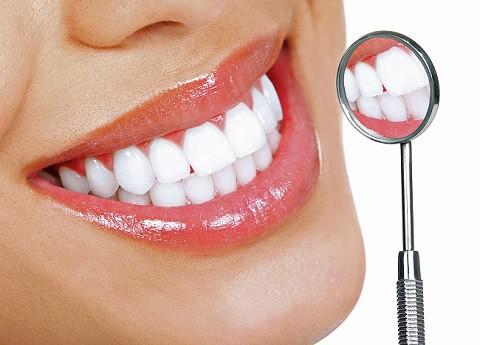Dit is een foto van een vrouw met witte tanden.