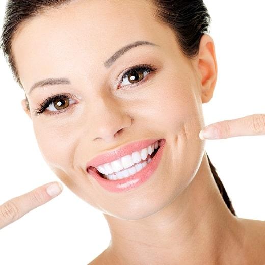 Dit is een foto van een vrouw die haar prachtige witte tanden en glimlach laat zien.