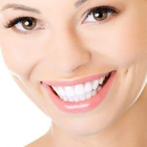 Dit is een vrouw die haar prachtige witte glimlach laat zien en haar witte tanden.