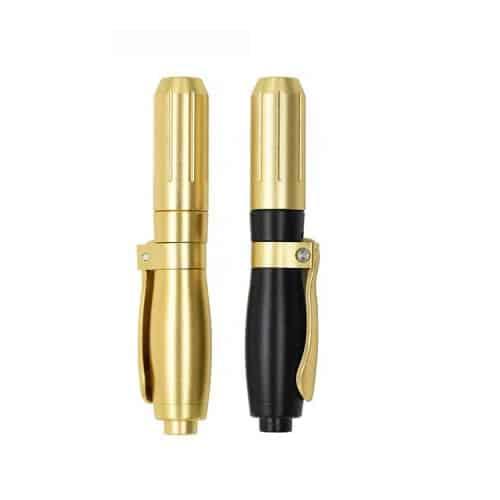 Dit is een foto van een hyaluronpen in de kleuren goud en zwart. Deze pen kunt u gebruiken om hyaluronzuur te injecteren.