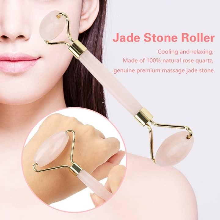 Op deze foto wordt het gezicht van een vrouw afgebeeld en een rose quartz roller.