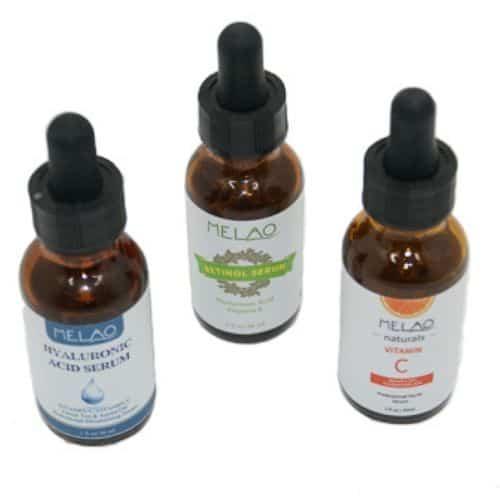 Dit is een foto met 3 verschillende serums, retinol, vitamine c en hyaluronzuur. Dit zijn allemaal serums voor het gezicht.