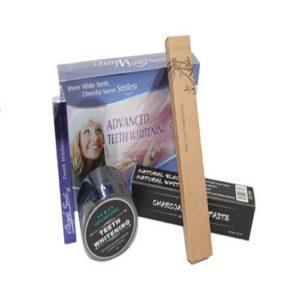 Op deze foto wordt een tandenbleekset afgebeeld bestaande uit verschillende producten zoals charcoal poeder, teeth whitening pen, tandenbleekset, charcoal tandpasta en een bamboo tandenborstel.