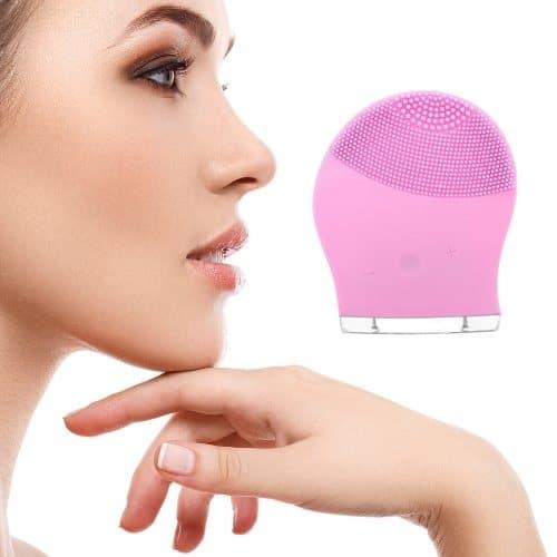 Op deze foto wordt een elektrische gezichtsborstel afgebeeld en het gezicht van een vrouw.