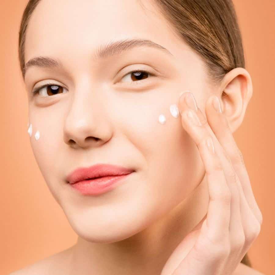 Deze vrouw smeert op haar gezicht een collageen crème. De collageen crème houd de huid stevig en strak.