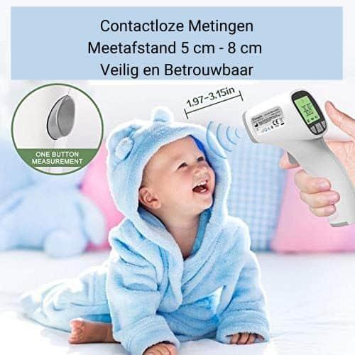 Op deze foto wordt de temperatuur van een baby gemeten met een infrarood thermometer.