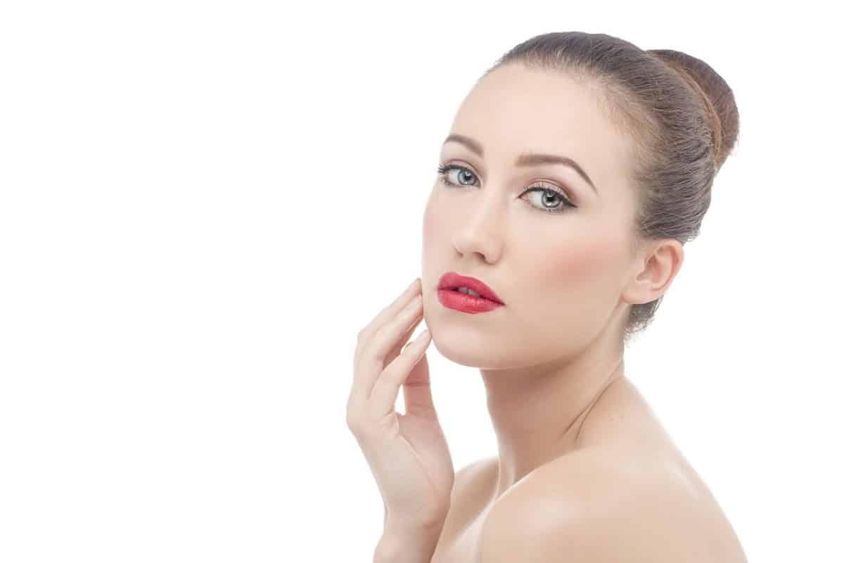 Dit is het gezicht van een vrouw die behandeld wordt met collageen creme van facial treat. Collageen verstevigd en vernieuwd de huid.