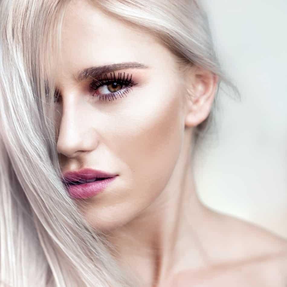 Deze foto laat het gezicht van een vrouw zien die behandeld wordt met collageen creme van facial treat. Zij heeft een mooie en gave huid.