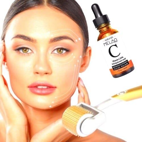 Op deze foto wordt een dermaroller en een flesje vitamine c serum afgebeeld. De vrouw op deze foto gebruikt deze producten om haar huid te behandelen.