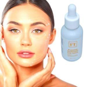 Op deze foto ziet men een gezicht van een vrouw en daarnaast een flesje hyaluronzuur serum. Zij behandeld haar gezicht met hyaluronzuur serum van Facial Treat.