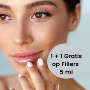 Lippen filler behandeling met naald. Er staat op deze foto een vrouw met prachtige lippen.