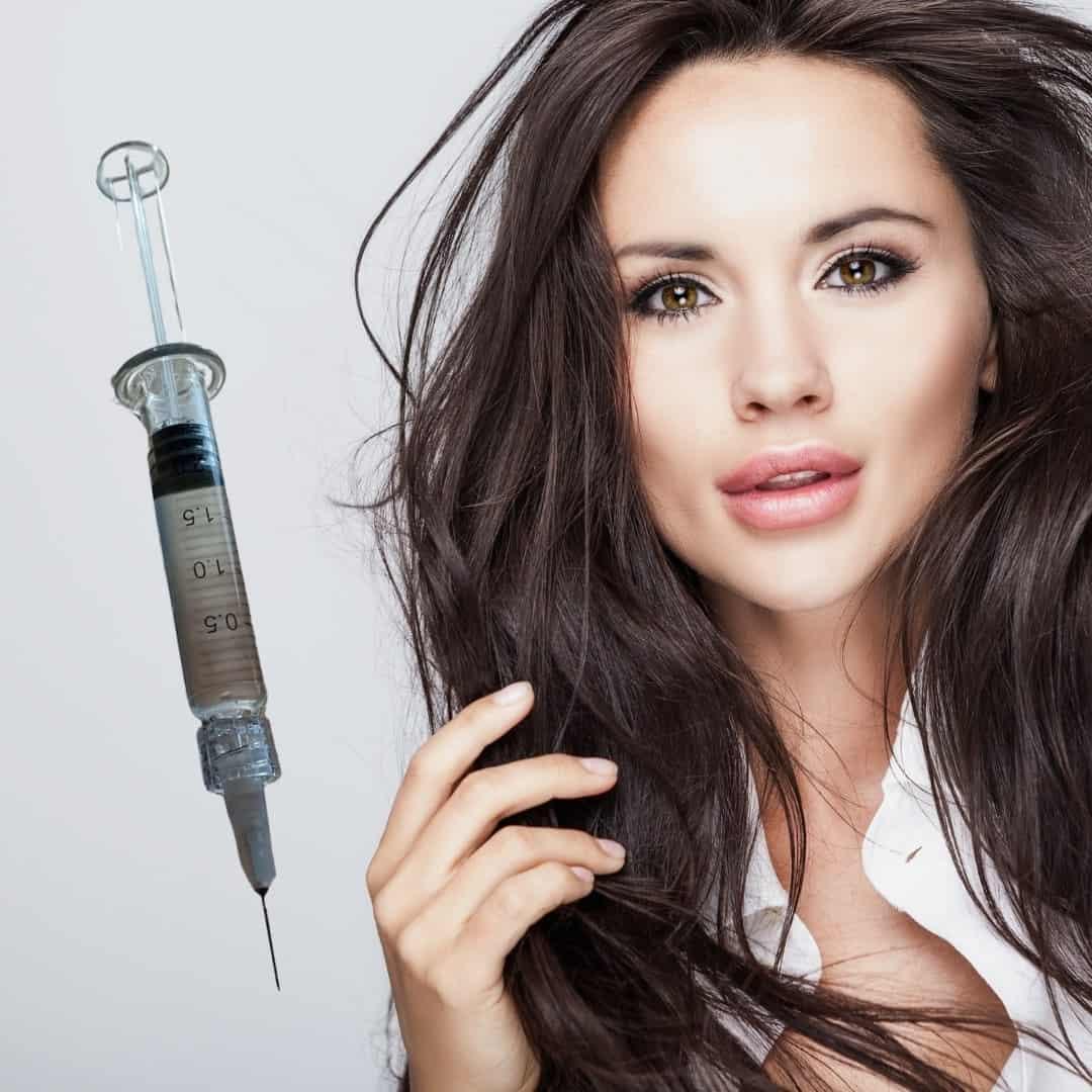 Deze vrouw behandeld haar lippen met lip fillers. De lip fillers werken op basis van hyaluronzuur.