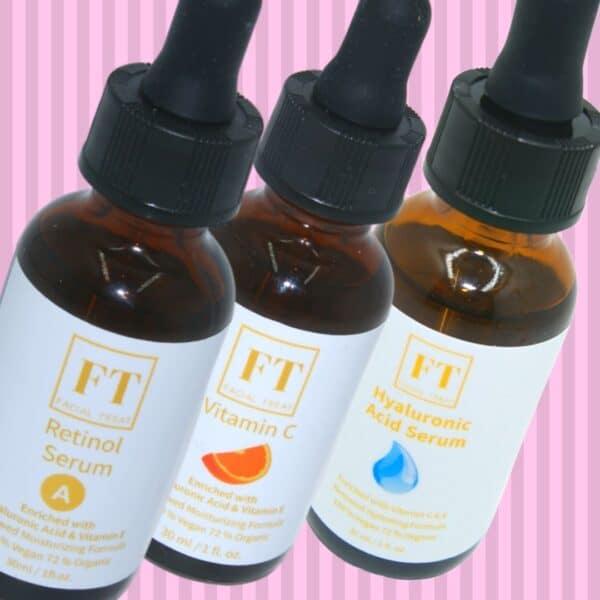 Op deze foto staan drie huid serums namelijk Retinol serum, vitamine c serum en hyaluronzuur serum. Deze serums worden gebruikt om de conditie van de huid te verbeteren.